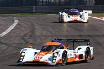 Loal Aston Martin posádky Tomáš Enge, Jan Charouz, Stefan Mücke na Nürburgringu před stájovými kolegy Haroldem Primatem a Darrenem Turnerem.