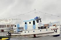 Loď jménem Ilinden se rozlomila asi 200 metrů od břehu Ochridského jezera v Makedonii.