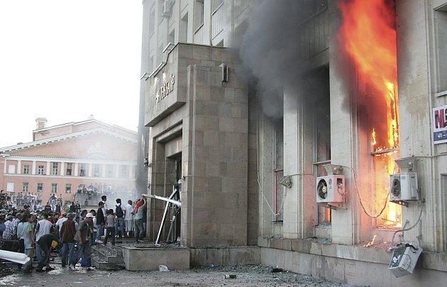 Rozlícený dav zapaloval v Ulánbátaru sídlo komunistické strany.