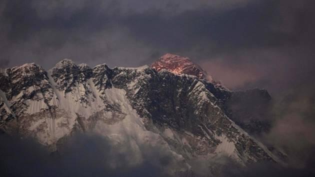 Nejméně šest místních horských průvodců dnes zabila lavina na nejvyšší hoře světa Mount Everestu (8850 metrů).
