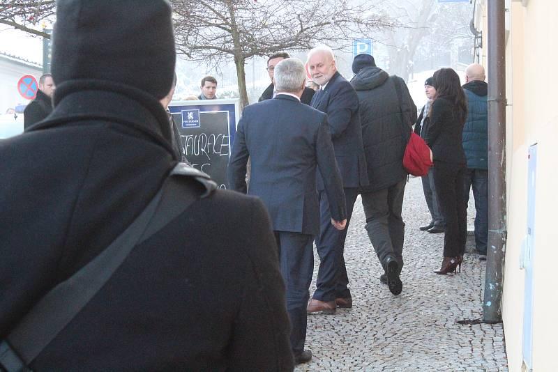 Miloš Zeman dorazil na tiskovou konferenci v Boskovicích. Na místě přihlížela jen hrstka podporovatelů.