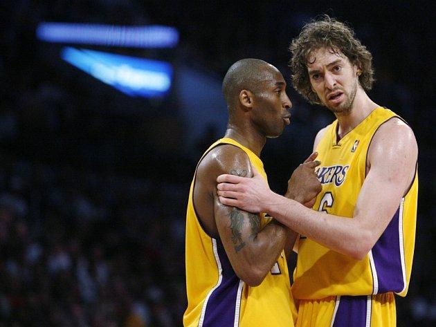 Kobe Bryant z Lakers (vlevo) diskutuje během zápasu proti Houstonu se svým spoluhráčem Pauem Gasolem.