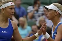 Andrea Hlaváčková s Lucií Hradeckou (vpředu) ve finále olympijského turnaje nestačily na sestry Williamsovy.