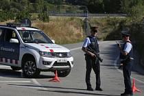 Katalánští policisté hlídkují poblíž místa, kde zastřelili muže, který měl na těle pás výbušnin.