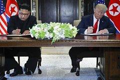 Kim Čong-un (vlevo) a Donald Trump podepsali na summitu v Singapuru dokument o spolupráci.