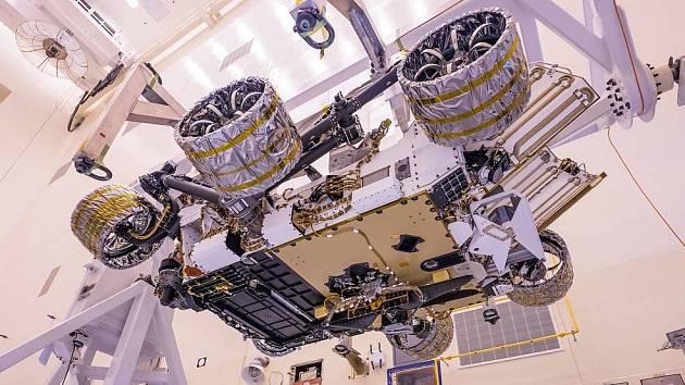Marťanské vozítko Perseverance (Vytrvalost) spolu s malým robotickým vrtulníkem Ingenuity připevněným níže jsou v Kennedyho vesmírném středisku připraveny k zahájení výpravy na Mars