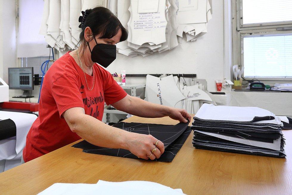 Laserem vyřezané šátky pokračují do šicí dílny.