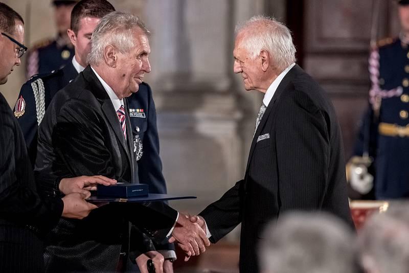 Prezident Miloš Zeman na státní svátek 28. října předával státní vyznamenání ve Vladislavském sále Pražského hradu. Štýs