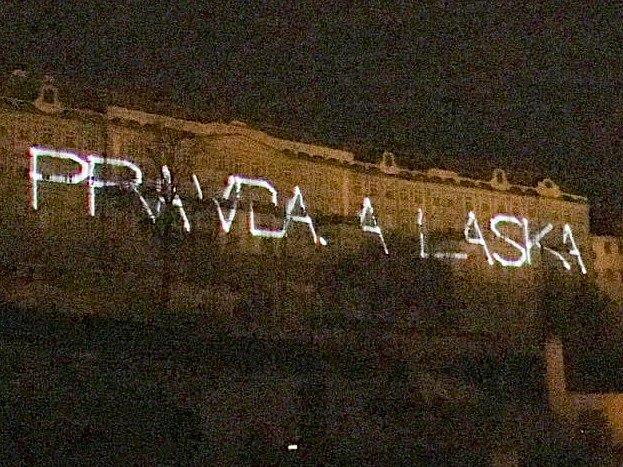Aktivisté promítali na budovy Pražského hradu světelné obrazce a texty kritizující návštěvu čínského prezidenta.