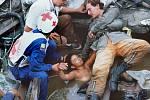 Jedna z nejtragičtějších fotografií druhé poloviny 20. století. Záchranáři podpírají tělo třináctileté Omayry Sanchézové, která zůstala zaklíněná v troskách a po 60 hodinách marného vyprošťování zemřela
