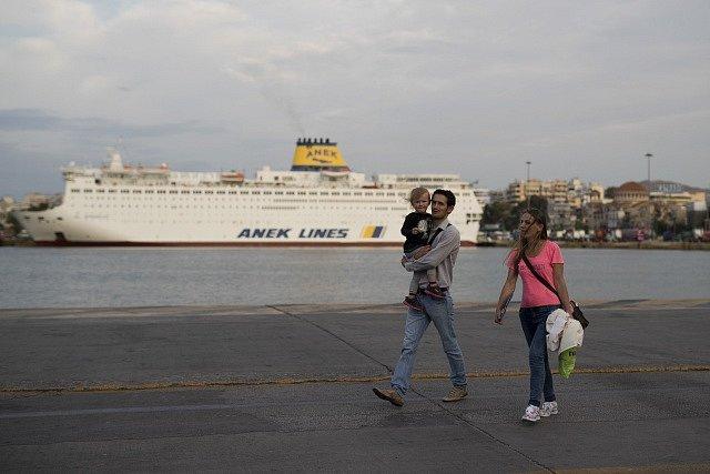 Trajektu nejezdí až do pátku a na ostrovy se Řekové suchou nohou nedostanou