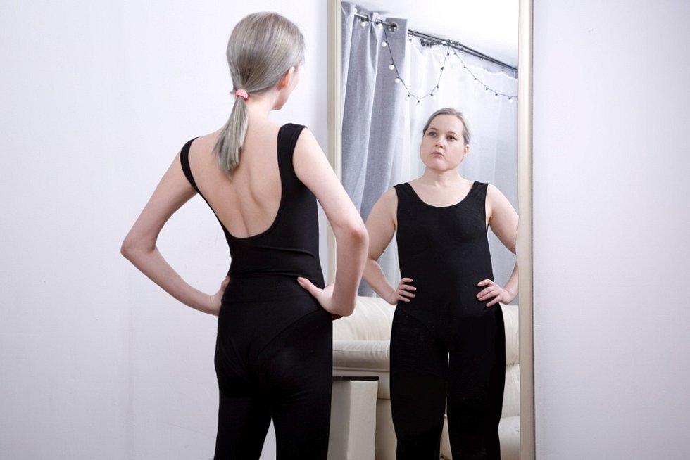 Lidé trpící bulimií jsou nespokojeni s vlastním tělem, s čímž často souvisí nespokojenost se sebou, nízké sebevědomí a narušení vnímání vlastního těla.
