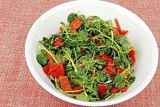 Salát z řeřichy, opečené červené papriky, dochucený citrónovou šťávou a olivovým olejem