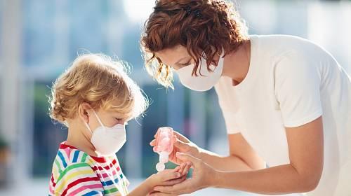 Roušky musejí nosit nejen dospělí, ale i děti a batolata.