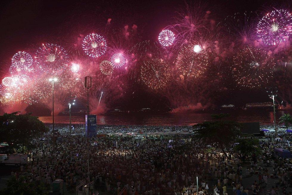 Pláž Copacabana v brazilském Rio de Janeiru bývá během novoročních oslav plná lidí…