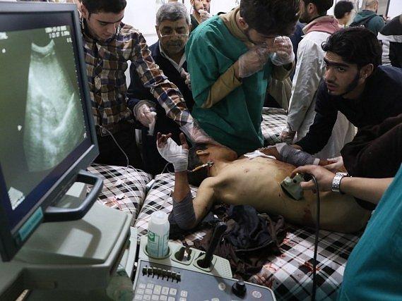 Záchrana zraněných v Idlibu.