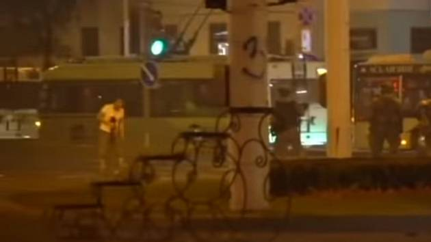 Jeden z nových videozáběrů zachycuje běloruského demonstranta zepředu těsně poté, co byl zasažen. Z hrudníku mu teče krev. Z videí je patrné i to, že on sám nic v rukách nedržel
