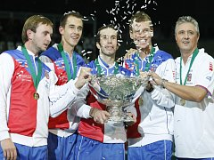 Vítězný daviscupový tým (zleva) Ivo Minář, Lukáš Rosol, Radek Štěpánek, Tomáš Berdych a kapitán Jaroslav Navrátil s trofejí