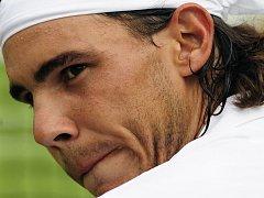 Španěla Rafaela Nadala trápila v exhibičním duelu proti Lleytonovi Hewittovi zraněná kolena.