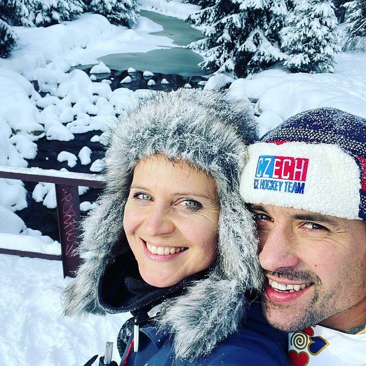 V zimě si Tomáš Plekanec vyrazil se svou partnerkou Lucií na běžky do Bedřichovic.