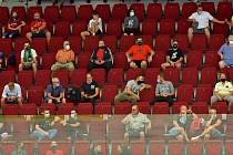 Fanoušci na hokeji - Utkání 5. kola hokejového Poháru Generali České pojišťovny, skupina B: HC Energie Karlovy Vary - BK Mladá Boleslav, 18. srpna 2020 v Karlových Varech. Diváci sledovali zápas v povinných rozestupech.
