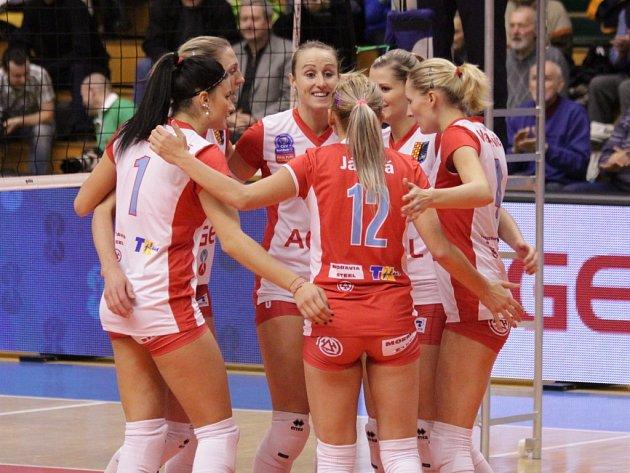 Volejbalistky Prostějova se radují z vyhraného setu proti Olympu.