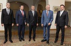 Na Pražském hradě se sešli kvůli koordinaci zahraniční politiky ústavní činitelé. Zleva ministr obrany Lubomír Metnar, ministr zahraničí Jan Hamáček, premiér Andrej Babiš, prezident Miloš Zeman a předseda Sněmovny Radek Vondráček.