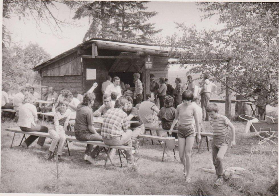 """Pohled na Strukovskou boudu na Olomoucku, kde """"Strukovský spolek nepochopených"""" každý pátek pro své členy, spoluobčany i přespolní připravoval v 80. letech pečené ryby, uzený kabanos, točené pivo a další pohoštění."""