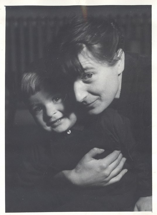 Jan Burian na archivním snímku se svoji matkou