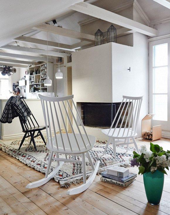 Kombinace dřeva a bílé barvy působí elegantně.