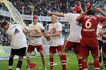 Fotbalisté mnichovského Bayernu slaví zisk mistrovského titulu.