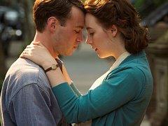 BROOKLYN. Eilis s jedním ze svých dvou osudových mužů (Emory Cohen a Saoirse Ronanová).
