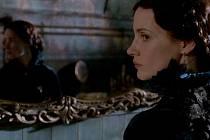 PURPUROVÝ VRCH. Zlověstná švagrová v domě plném divných jevů a přízraků z minulosti (Jessica Chastainová).