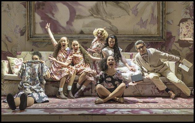 Nejslavnější román anglické spisovatelky Jane Austenové (1775–1817) Pýcha a předsudek se dočkal mnoha televizních a filmových adaptací. Teď přichází na jeviště Národního divadla.