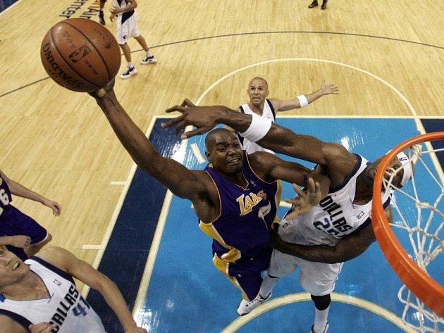 Centr týmu Los Angeles Lakers Andrew Bynum (uprostřed) střílí koš, marně ho brání hráč Dallasu Mavericks Erick Dampier.