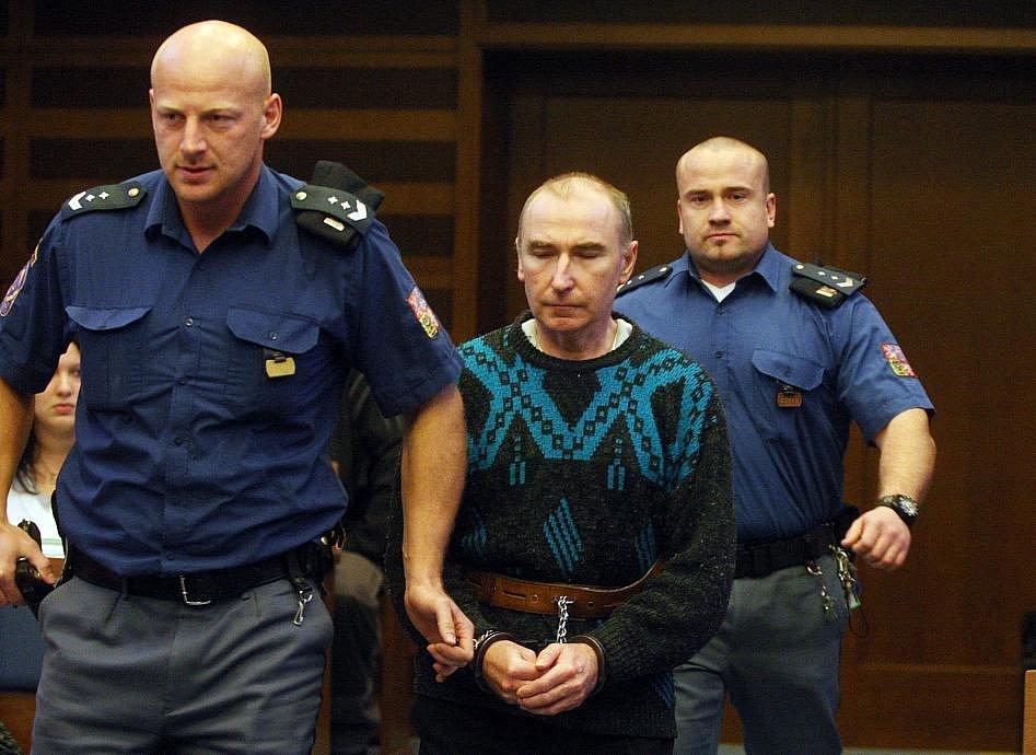 Tak moc svou družku Pavel Salaba miloval, až ji nakonec ubodal 22 ranami. Alespoň takto čtyřiačtyřicetiletý obžalovaný vysvětloval svůj čin před Krajským soudem v Hradci Králové, kde se zpovídá z trestného činu vraždy.