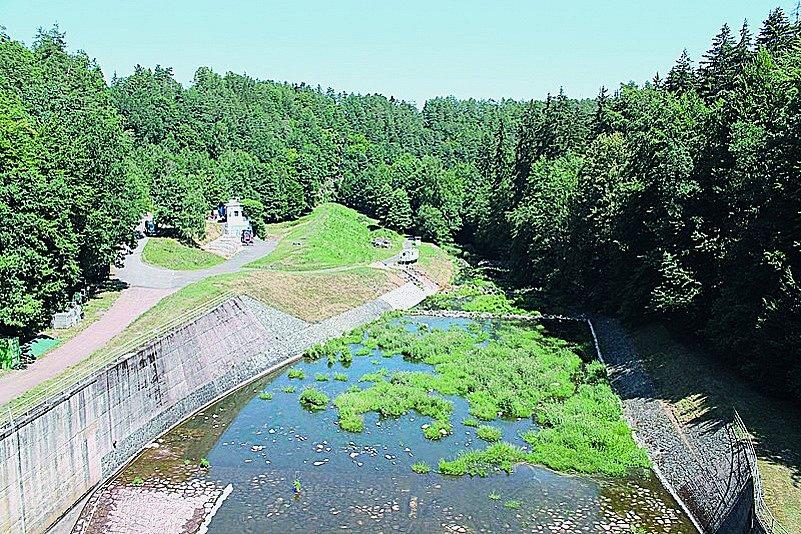 Oblíbený úsek Chrudimky zKřižanovic do Slatiňan je poměrně rychlý. Vodáky na něm překvapí úzká azarostlá koryta, někdy ipopadané kmeny avětve stromů.