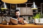 Mám rád bar v hlavním prostoru domu, mezi kuchyní a obývací částí. Když sedím u kafe, pozoruju okolní přírodu. Vařím ale málo, spíš výjimečně. Třeba špagety aglio olio.