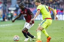 Sparta - CSKA Moskva: Kehinde Fatai a soustředění na balon