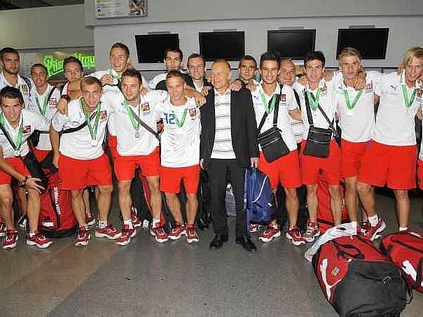Česká devatenáctka včele se svým šéfem Jaroslavem Hřebíkem po příletu z úspěšného mistrovství Evropy.