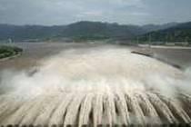 Tři soutěsky chrlí vodu obrovskou rychlostí. Pořád je to však málo. Vody v přehradě přibývá.
