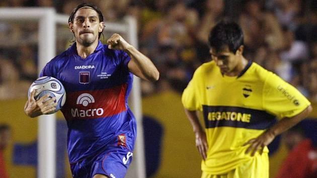 Leandro Lazzaro Liuni (vlevo) slaví gól proti pozdějším šampionům.