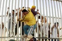 V imigračním centru na australském Vánočním ostrově se rozpoutaly nepokoje, které vyvolala smrt jednoho z žadatelů o azyl, jenž z tábora utekl.