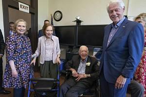 Bývalý americký prezident Jimmy Carter v sobotu s manželkou Rosalynn oslavili 75. výročí