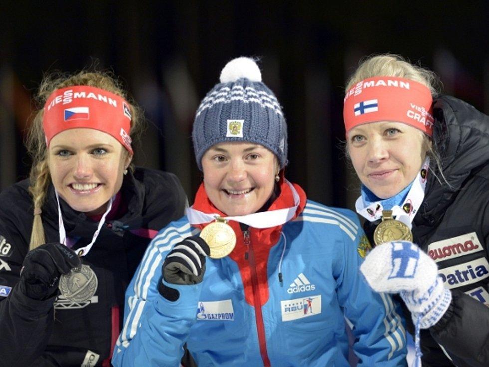 Gabriela Soukalová (vlevo) se stříbrem z MS. O zlato ji připravila Jekatěrina Jurlovová (uprostřed), třetí byla Kaisa Mäkäräinenová.