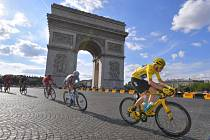 Chris Froome (vpravo) na Champs-Elysees.