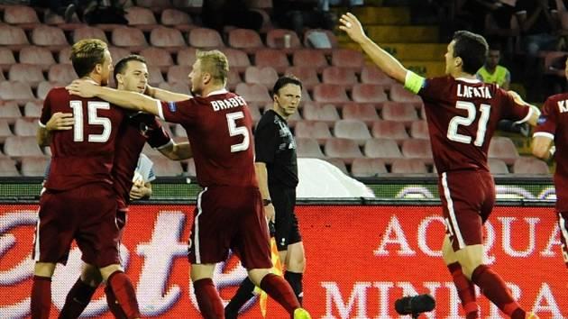 Kanonýr Sparty Josef Hušbauer (druhý zleva) se raduje se spoluhráči z gólu proti Neapoli.