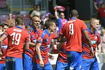 Fotbalisté Plzně se radují z gólu