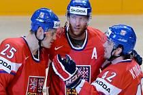 Čeští hokejisté (zleva) Lukáš Krajíček, Jiří Novotný a Petr Koukal na mistrovství světa proti Německu.