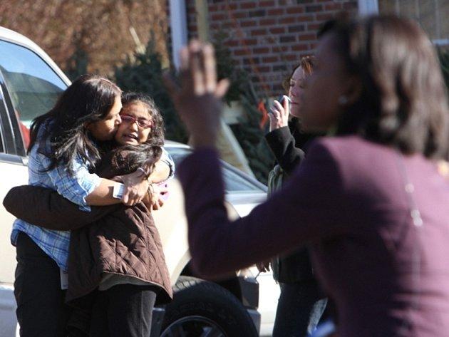 Při střelbě v základní škole v Newtownu v americkém státě Connecticut přišlo o život 20 dětí, šest dospělých a útočník.